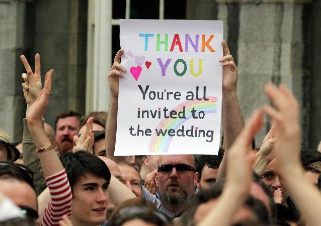 Varias personas celebran el resultado del referéndum en Dublín el pasado 23 de mayo.