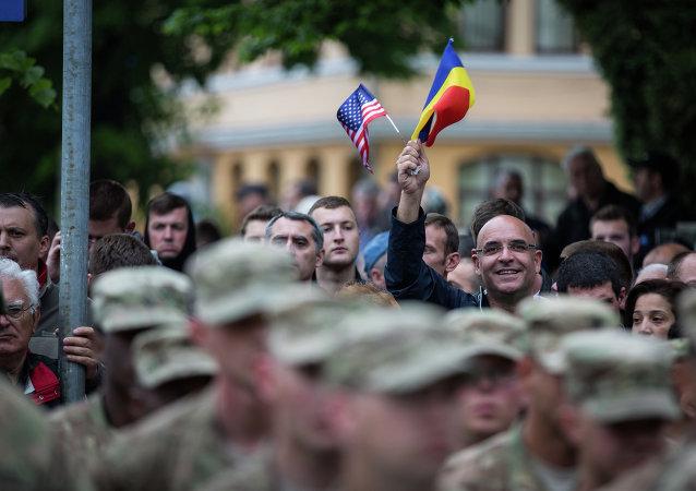 Segundo regimiento de caballería de EEUU realiza una marcha a través de Rumania