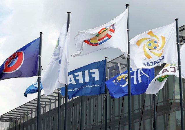 Banderas en frente de la sede de FIFA en Zurich