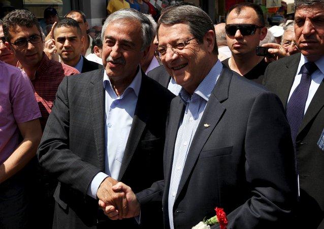 Líder de la parte turca de Chipre, Mustafa Akinci, y presidente de Chipre, Nicos Anastasiades