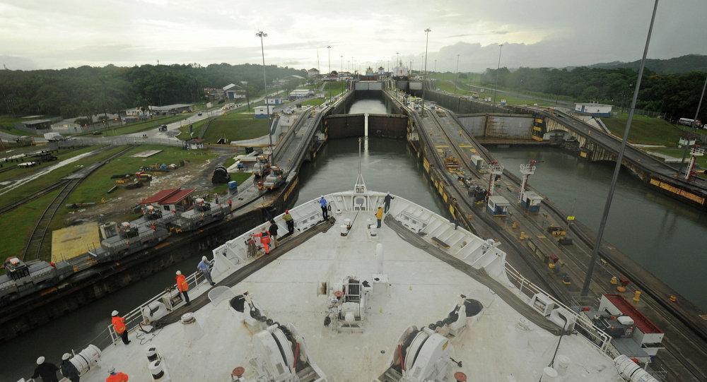 Buque militar estadounidense cruzando el Canal de Panamá