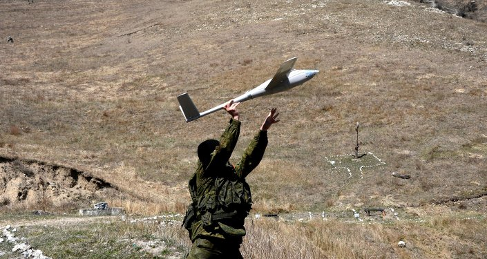 Lanzamiento de un dron durante las maniobras en Osetia del Norte