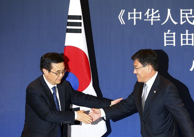 Ministro de Comercio de China, Gao Hucheng, y ministro de Comercio de Corea del Sur, Yoon Sang-jick