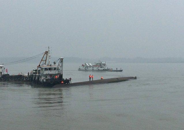 Unos 1.000 salvavidas y 54 lanchas participan en operación de rescate del barco en China