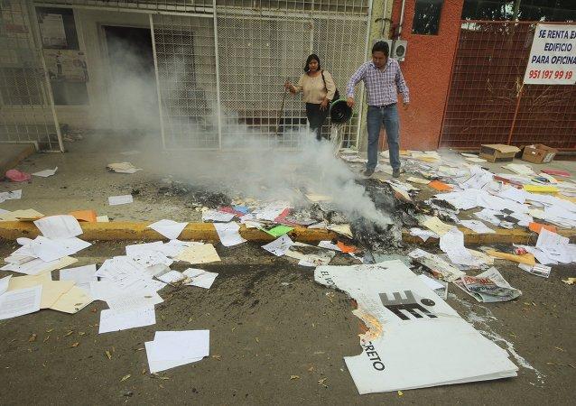 Maestros destruyen 10.000 boletas electorales en el sur de México