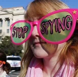 Miembros del grupo Code Pink protestan contra la recopilación de datos personales de los estadounidenses