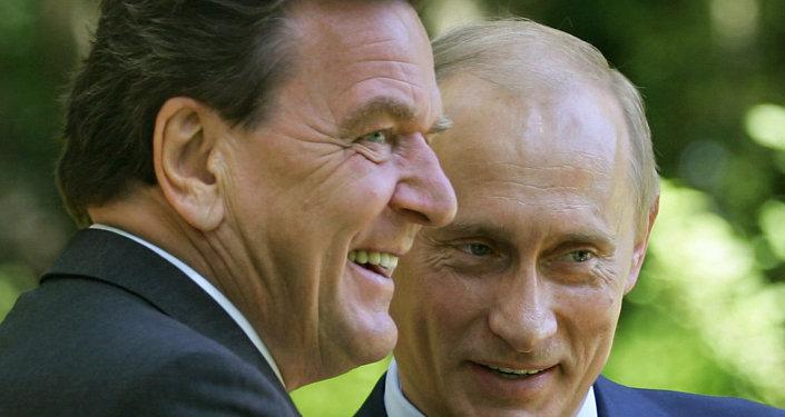 Gerhard Schröder (izq.), y presidente de Rusia, Vladímir Putin, durante un encuentro en julio de 2005 in Svetlogorsk (Rusia)