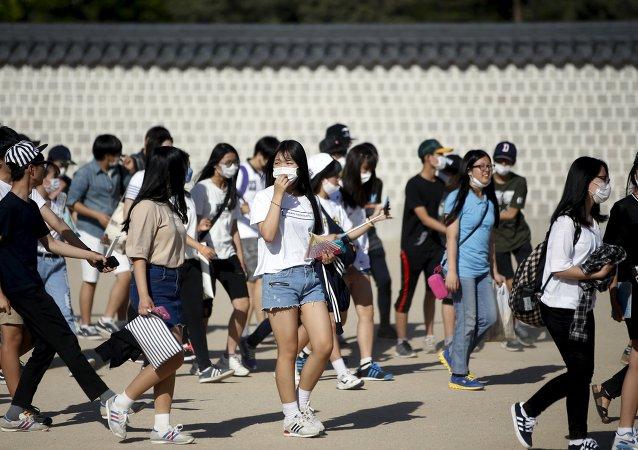 Grupo de estudiantes surcoreanos con máscaras como medida de precaución contra el virus del MERS