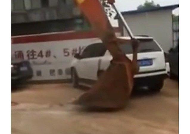 Un golpe de excavadora por aparcar mal