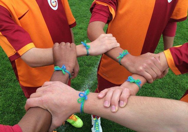 Participantes del programa social para los niños Fútbol para la amistad