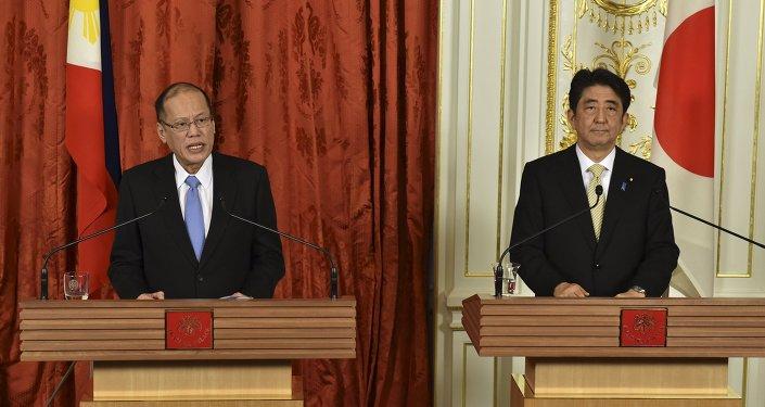 Benigno Aquino, presidente de Filipinas y Shinzo Abe, primer ministro de Japón