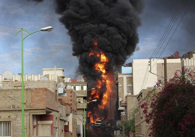 Humo del camión ardiendo en la ciudad de Taiz en Yemen, el 25 de mayo, 2015
