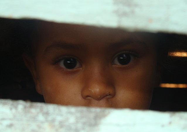 Niña de una provincia pobre dominicana