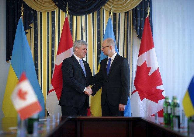 Primer ministro de Canada, Stephen Harper, y su homólogo ucraniano, Arseni Yatseniuk