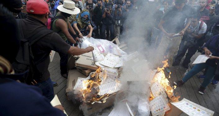 Activistas queman las papeletas y materiales electorales en Tixtla, en el estado de Guerrero
