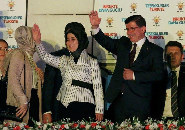 Primer ministro de Turquía Ahmet Davutoglu con su esposa Sare