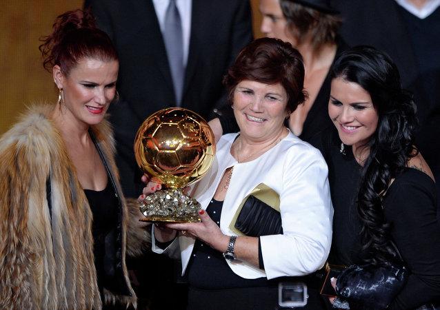 Madre de Cristiano Ronaldo, Dolores Aveiro (centro),  con el Balón de Oro recibido por su hijo, 13 de enero de 2013