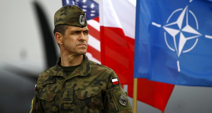 Soldado polaco al lado de las banderas de EEUU, Polonia y la OTAN (archivo)