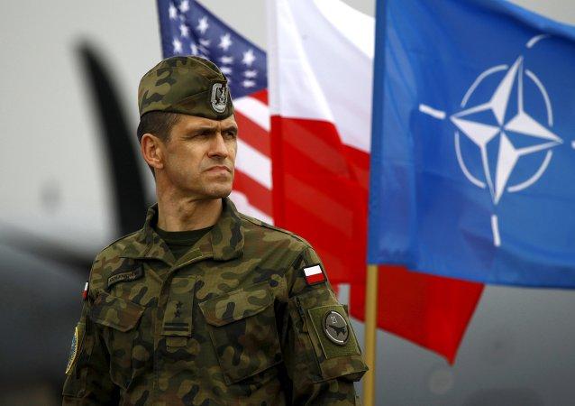 Soldado polaco al lado de las banderas de EEUU, Polonia y la OTAN