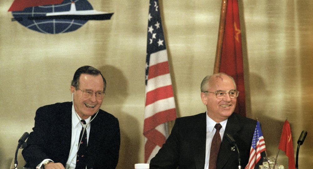 Presidente de EEUU, George Bush, y secretario general del Comité Central del Partido Comunista de la URSS, Mijaíl Gorbachov, durante su encuentro en Malta. 3 de diciembre de 1989