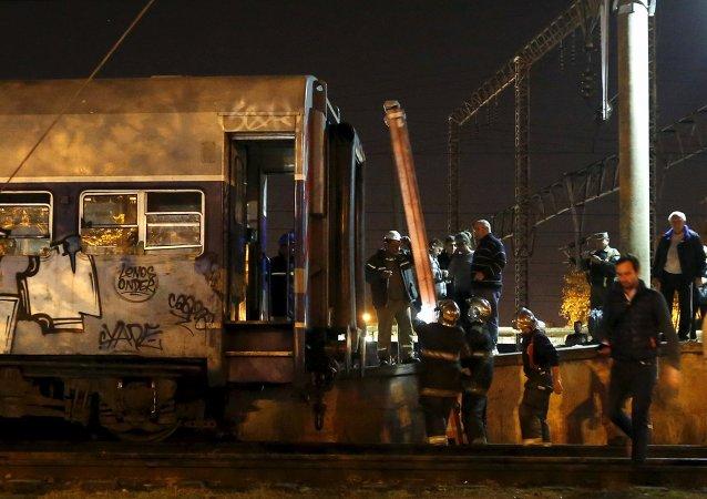 Los bomberos trabajan en lugar de la colisión de un tren de pasajeros en la estación de Temperley