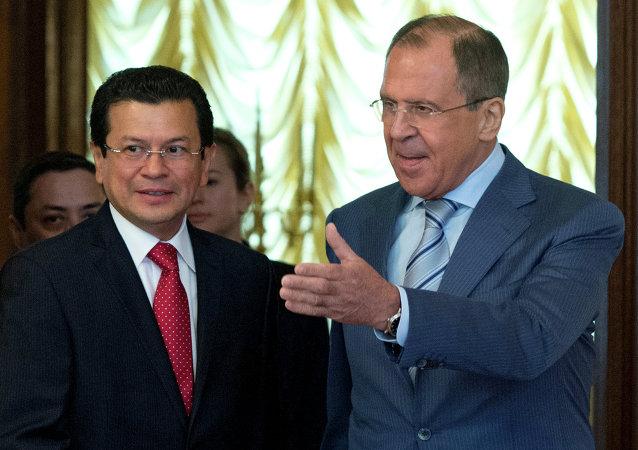 Ministros de Exteriores de Salvador y de Rusia, Hugo Martínez y Serguéi Lavrov