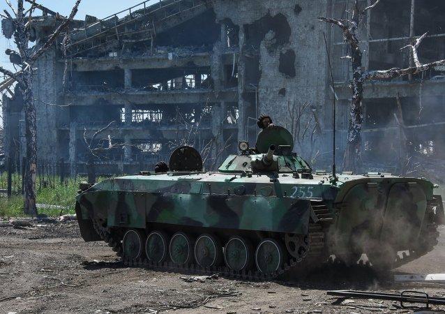 Milicianos en el aeropuerto de Donetsk