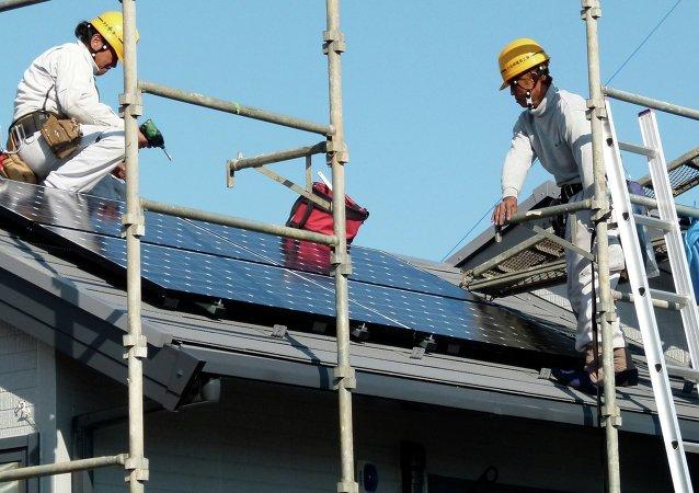 Instalación de paneles solares en Yokohama, Japón