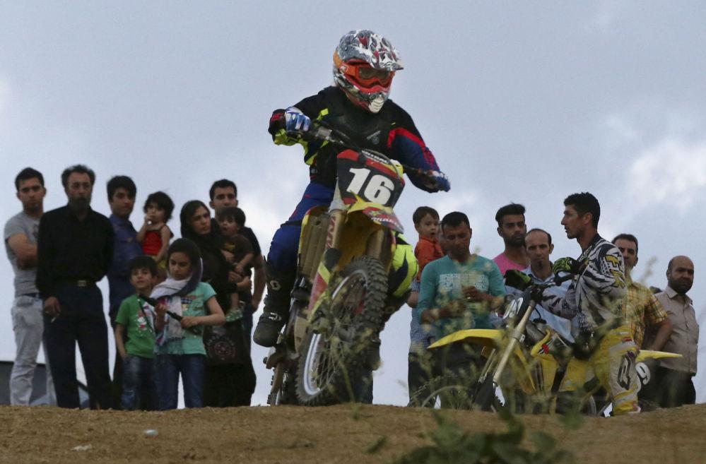 Entrenamiento de la motociclista iraní Behnaz Shafiei