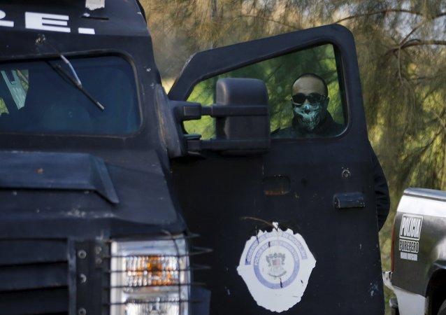 Un policía en Michoacan
