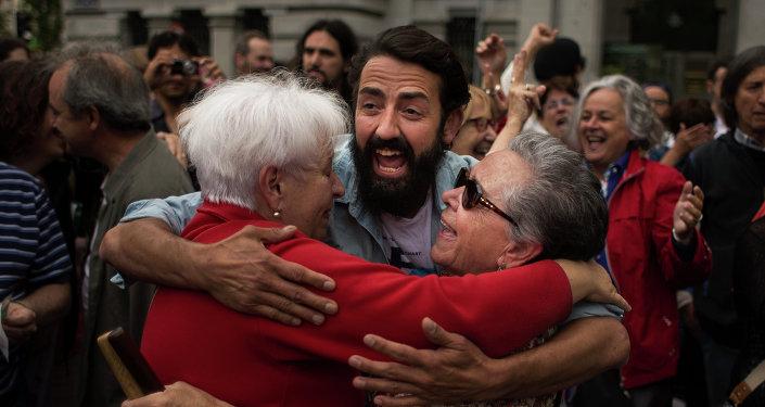 Españoles celebran investiduras de candidaturas ciudadanas de izquierdas