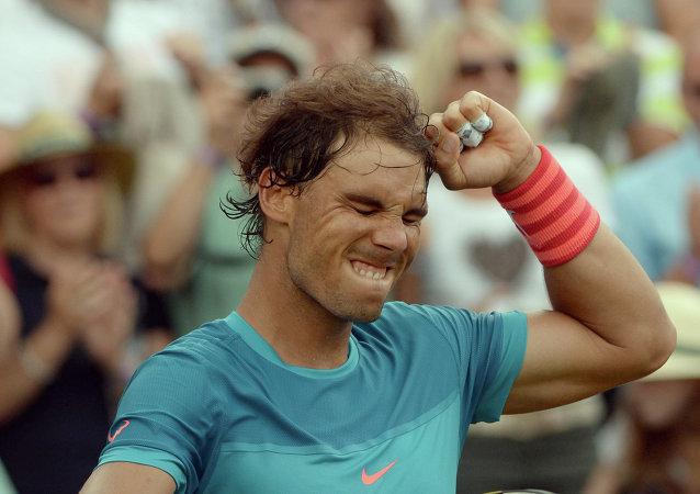 El español Rafael Nadal celebra luego de vencer al francés, Gael Monfils, en la semifinal del torneo de Stuttgart, Alemania, el sábado 13 de junio de 2015