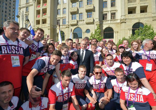 Vladímir Putin con los deportistas rusos