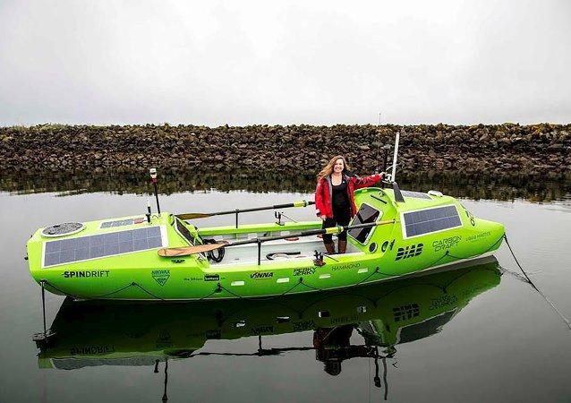 Sonia Baumstein en su bote de remo en Port Townsend, Washington