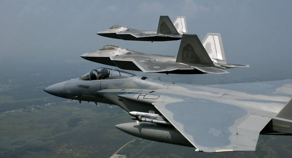 F-22 Raptors y F-15 Eagle