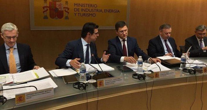 Ministro español de Industria, Energía y Turismo, José Manuel Soria y ministro de Energía de Rusia, Alexandr Nóvak