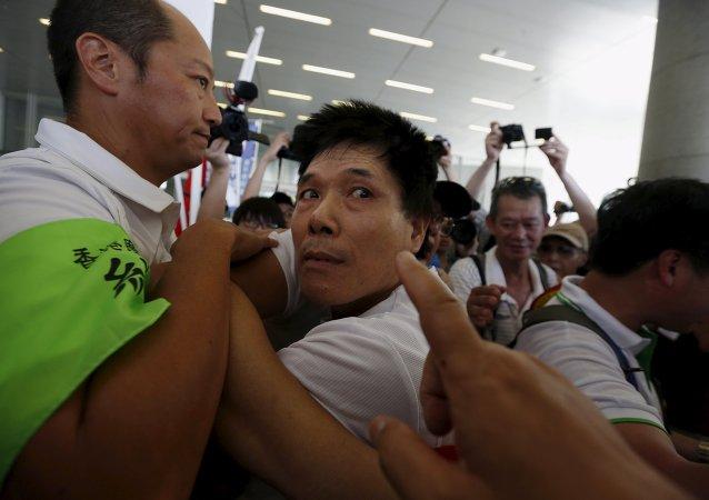 Partidario de reformas electorales prochino durante una confrontación en Hong Kong