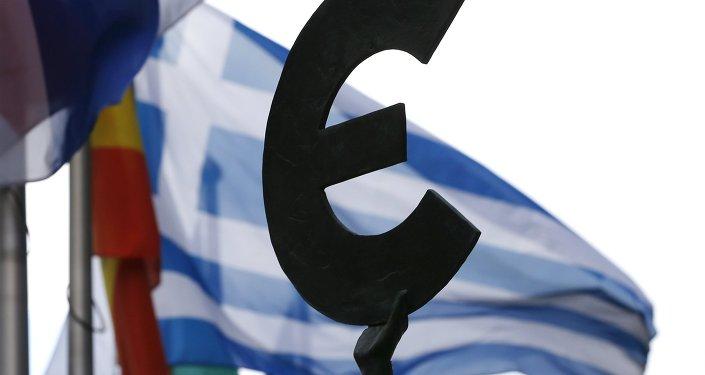 Bandera de Grecia detrás del monumento a la unidad europea en Bruselas, Bélgica
