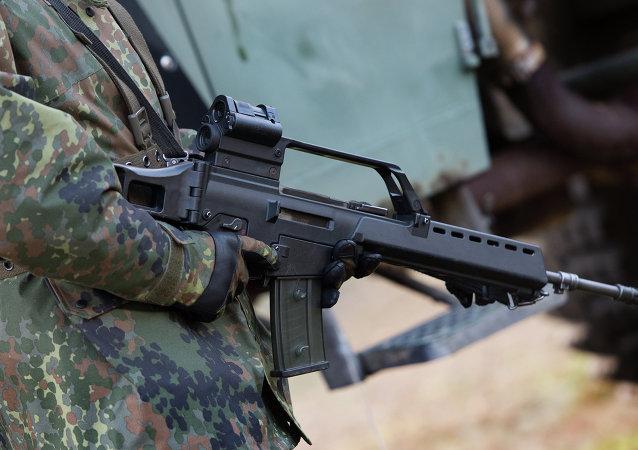 Un soldado alemán sostiene un Heckler & Koch G36