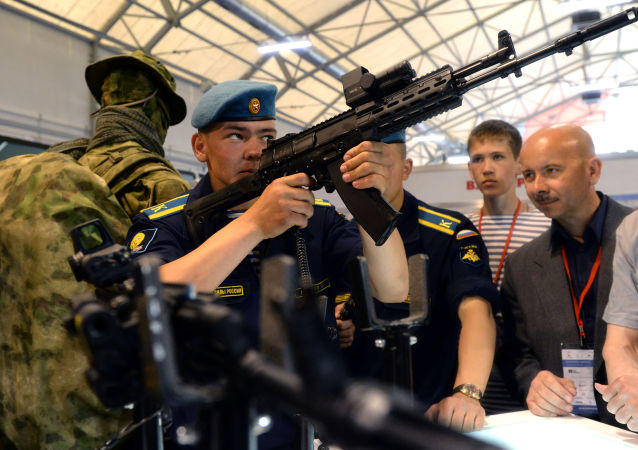 El fusil de asalto AK-12 presentado durante el foro militar Army 2019