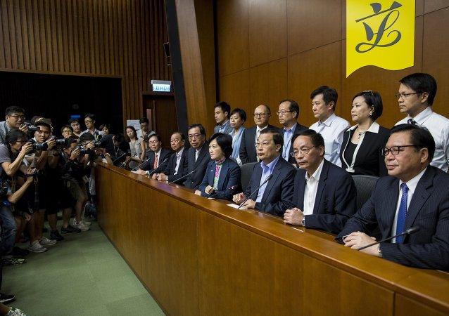Legisladores que apoyan una reforma electoral de China en el Consejo Legislativo de Hong Kong