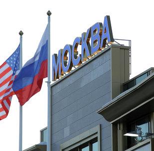 Las banderas de EEUU y Rusia en Moscú (archivo)