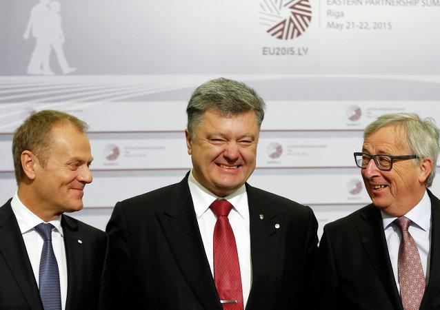 Donald Tusk, Petró Poroshenko y Jean-Claude Juncker durante la cumbre de la Asociación Oriental