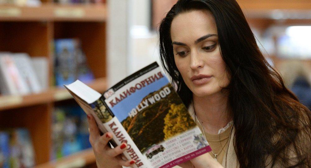 Mujer lees un libro en la librería Biblio Globus en Moscú