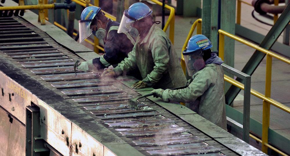 Trabajadores en la planta de fundición de plata y plomo de Karachipampa en Potosí, al sur de Bolivia
