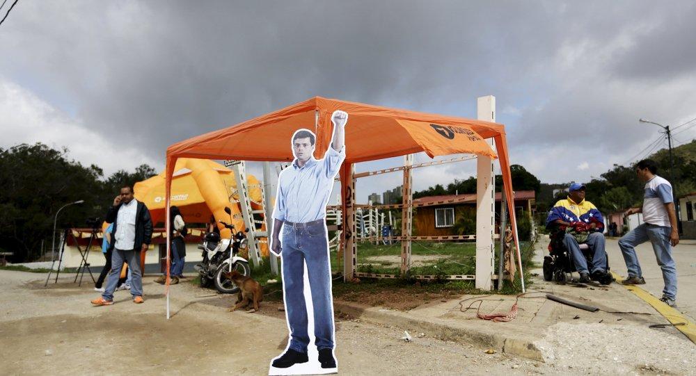 Una imagen de cartón del encarcelado líder de la oposición venezolana Leopoldo López