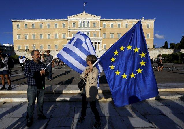 Manifestantes pro-UE con banderas de Grecia y de la Unión Europea