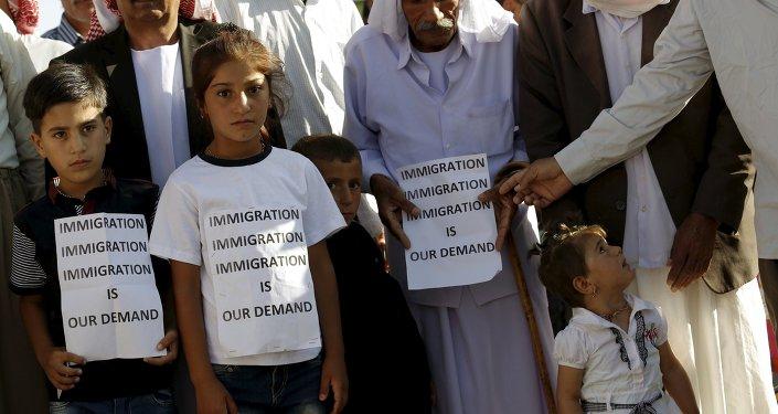 Gente en el campo de refugiados sirios e iraquíes en Midyat, Turquía, el 20 de junio, 2015