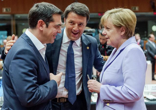 Alexis Tsipras, Matteo Renzi y Angela Merkel después de la reunión del Eurogrupo