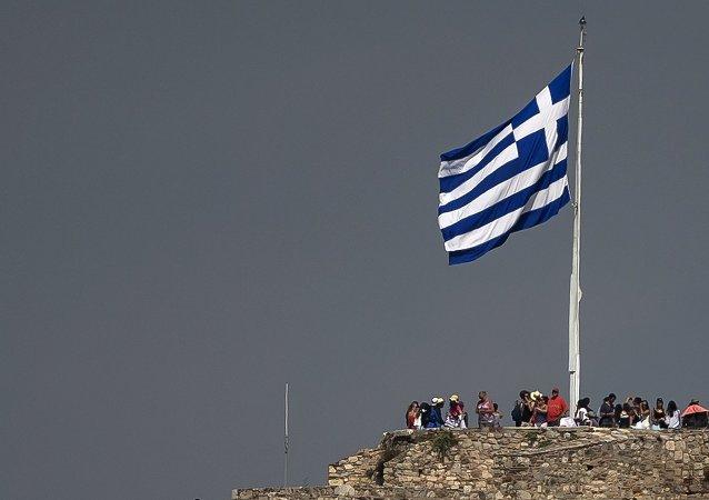 Bandera de Grecia en Acrópolis, Atenas, el 26 de junio, 2015
